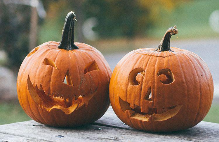 fotos de dos calabazas de halloween en la entrada de blog sobre prompts para halloween