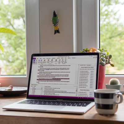 escritorio con ordenador de escritor